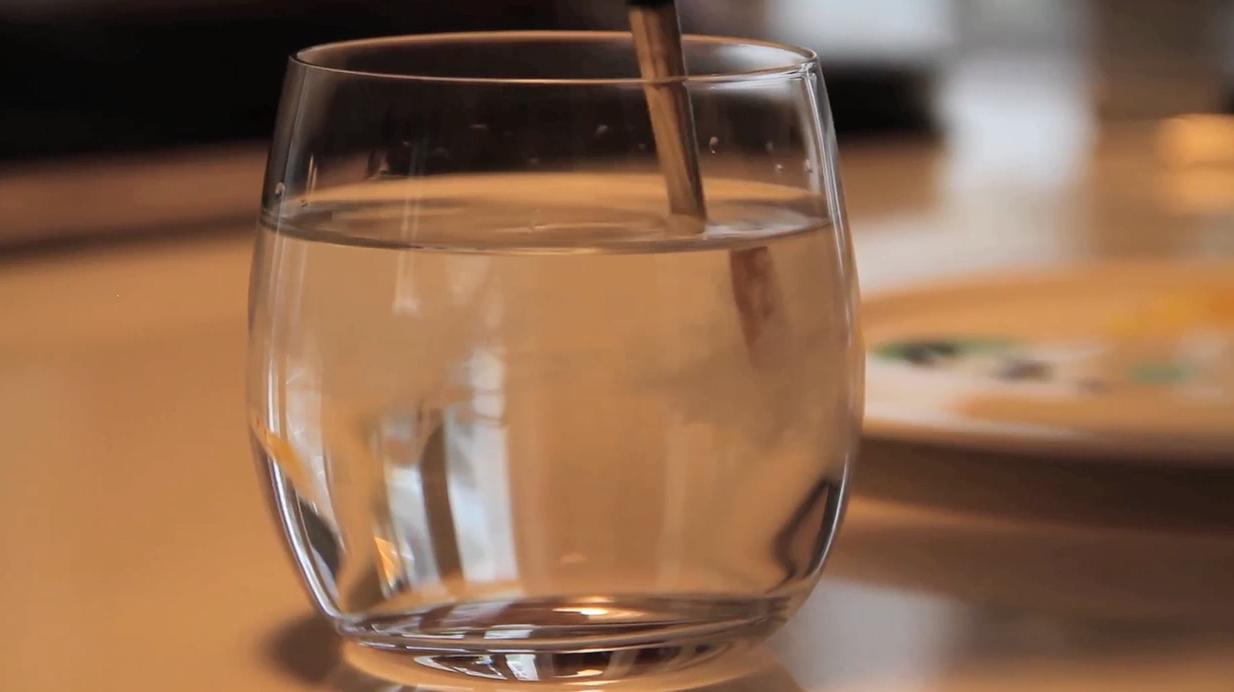 nettoyage pinceau verre d'eau gouache